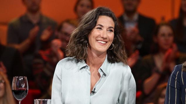 La femme sourit.