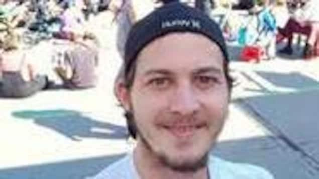 Un homme portant une casquette qui sourit