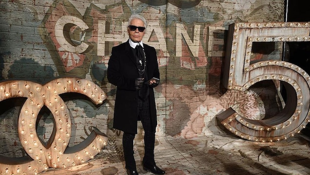 """Karl Lagerfeld arrives for the  Chanel dinner celebrating the debut screening of """" N°5 The Film """"  by Baz Luhrmann in New York October 13, 2014.  AFP PHOTO / Timothy A. Clary        (Photo credit should read TIMOTHY A. CLARY/AFP/Getty Images)"""