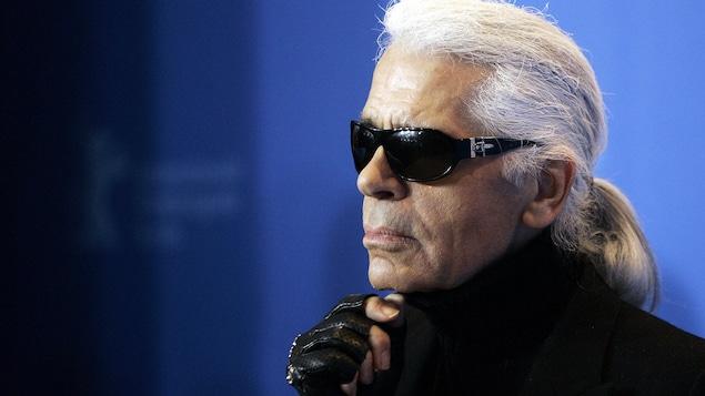Portrait en gros plan de Karl Lagerfeld