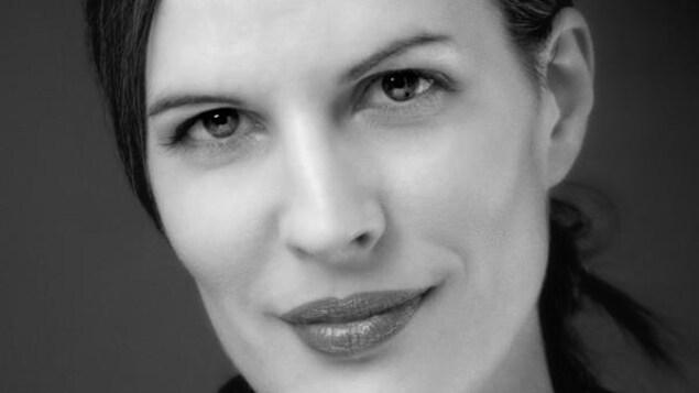 Portrait en noir et blanc de l'auteure Karoline Georges