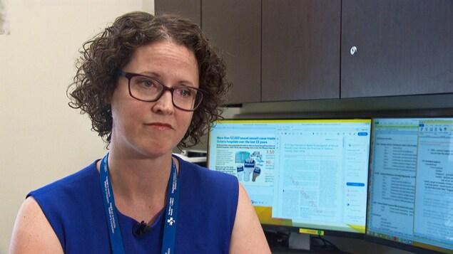 La chercheuse en entrevue dans son bureau, devant son ordinateur.