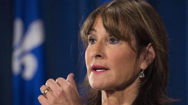 La ministre de l'Immigration Kathleen Weil s'adressant aux médias