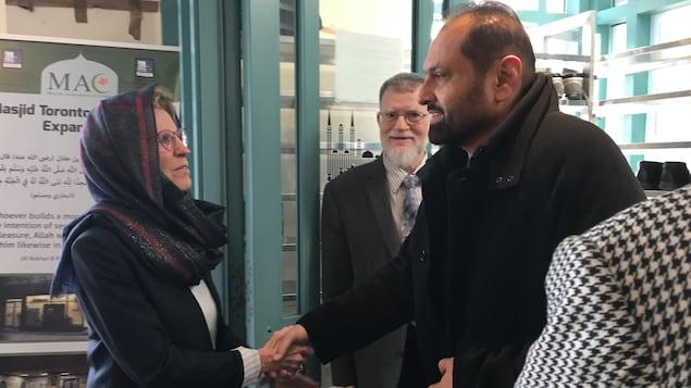 Kathleen Wynne accueille les fidèles de la mosquée Masjid de Toronto.