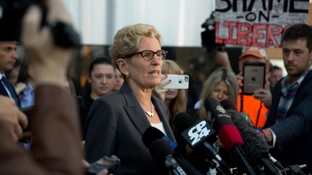 Kathleen Wynne à sa sortie du tribunal où elle a témoigné dans le procès pour corruption de deux membres influents de son parti.