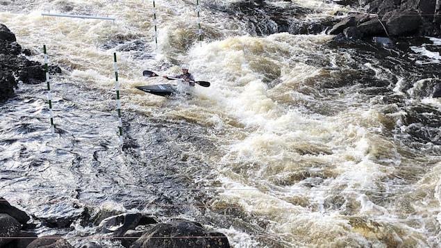 Un kayakiste dans la rivière.