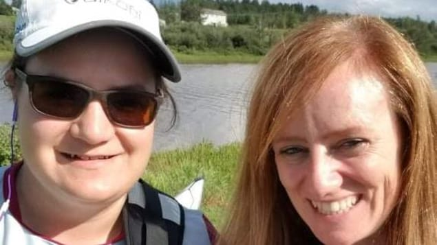 Égoportrait des deux amies sur le bord de l'eau.