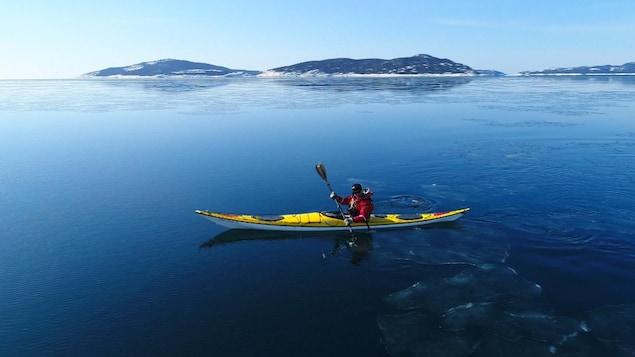 Un kayakiste sur la mer l'hiver.
