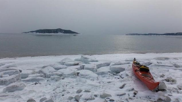 Kayak sur le bord de l'eau, à Sept-Iles, en hiver