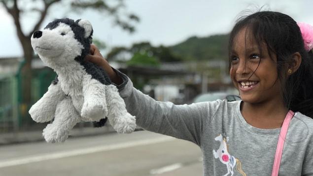 Keana, 7 ans, posera le pied dans les prochaines heures au Canada, où elle rêve de voir son animal préféré : le chien husky.