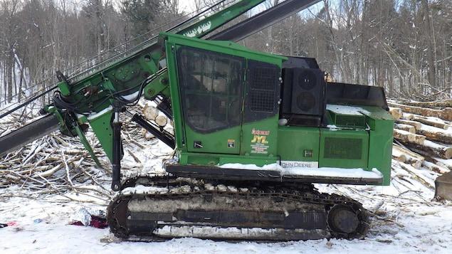 Un véhicule utilisé sur un chantier forestier.