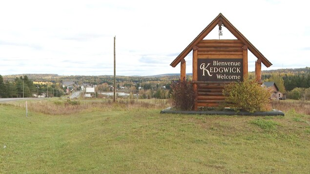 Enseigne souhaitant aux visiteurs la bienvenue à Kedgwick.
