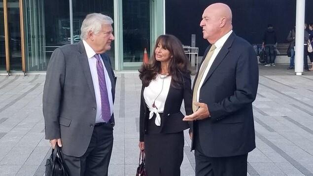 L'avocat Brian Greenspan, Marisa et Keith Hobbs.