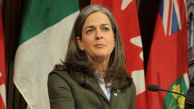 Kelly Burke, commissaire aux services en français de l'Ontario, lors d'une conférence de presse.