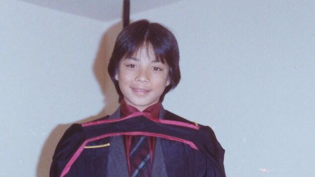 Ken Sim, déguisé en collégien.