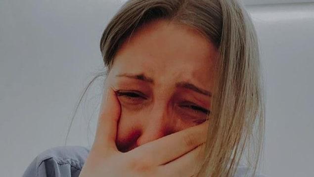 L'infirmière Kendall Skuta en larme.