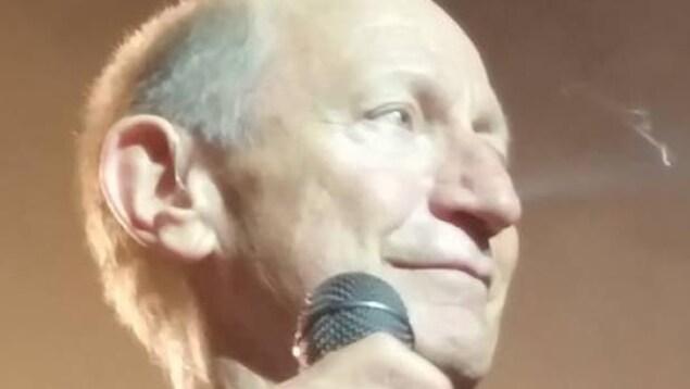 Le chanteur Kenny Shields