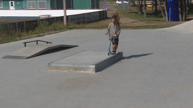 Késy Gelinas sur sa trotinette dans le nouveau parc de planche à roulettes