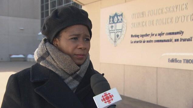 Ketcia Peters en entrevue devant l'un des édifices du Service de police d'Ottawa.