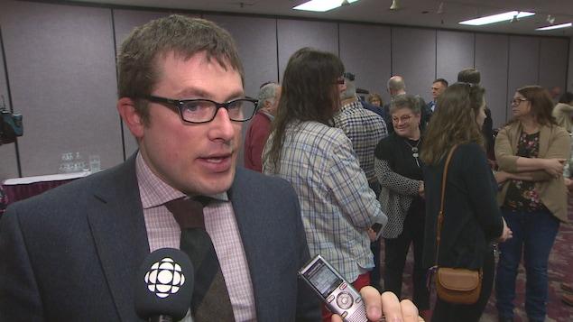Le député Kevin Arseneau, du Parti vert, en entrevue télévisée.