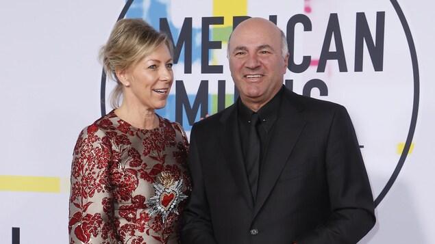Kevin O'Leary et Linda O'Leary posant l'un à côté de l'autre pour une photo.