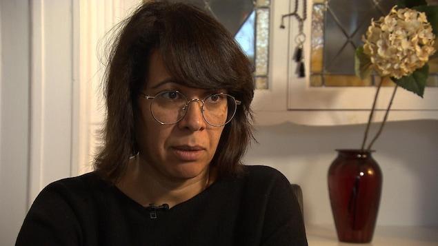 Portrait de Khaoula, en entrevue à la caméra.