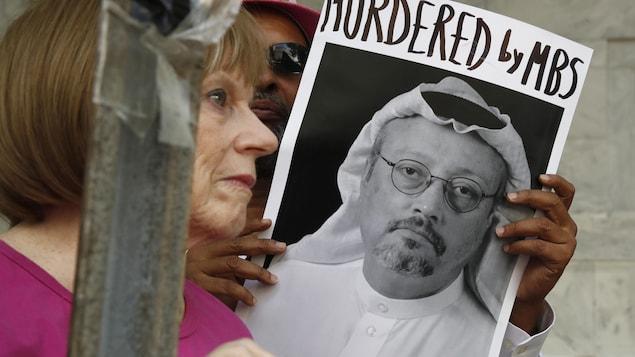 Un homme tient une photo du journaliste saoudien Jamal Khashoggi.