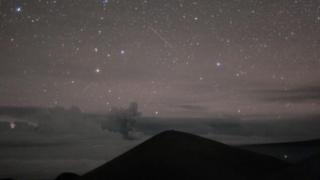 Des résidents qui habitent à proximité du volcan disent qu'une pluie de cendres a suivi l'éruption.