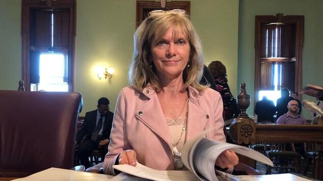 Kim Adair-MacPherson, assise devant un comité parlementaire.
