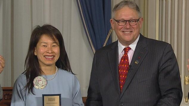 Kim Thúy reçoit la médaille d'honneur de l'Assemblée nationale.