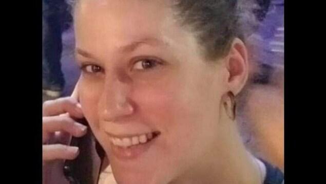 Kimberly Greig qui parle au téléphone cellulaire.