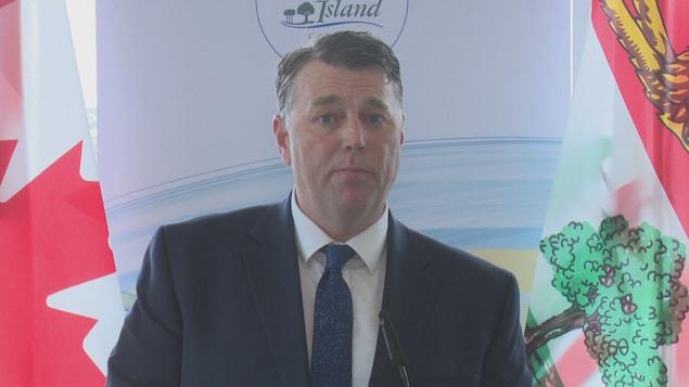 Dennis King donne une conférence de presse.
