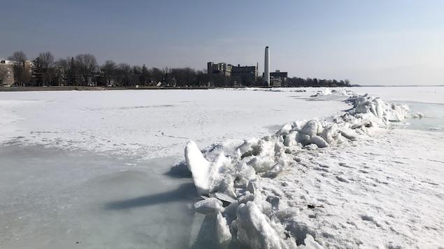 On y voit un amas de glace fracturée causé par la pression du courant sur la surface gelée.