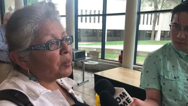 Margaret Kisikaw Piyesis répond aux questions de journalistes lors d'une conférence de presse.