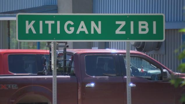 Un panneau routier sur lequel on peut lire Kitigan Zibi.