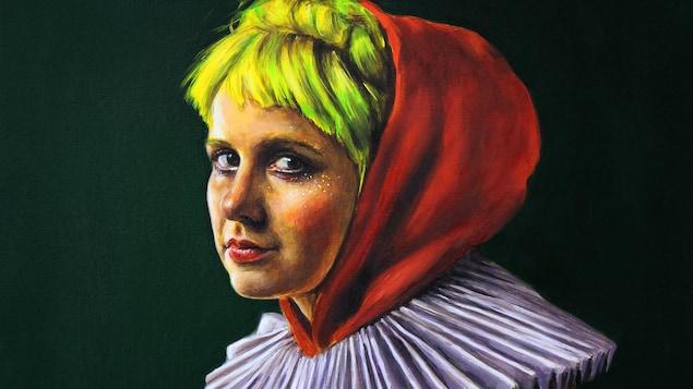 La jeune femme porte une capuche rouge et une collerette blanche.