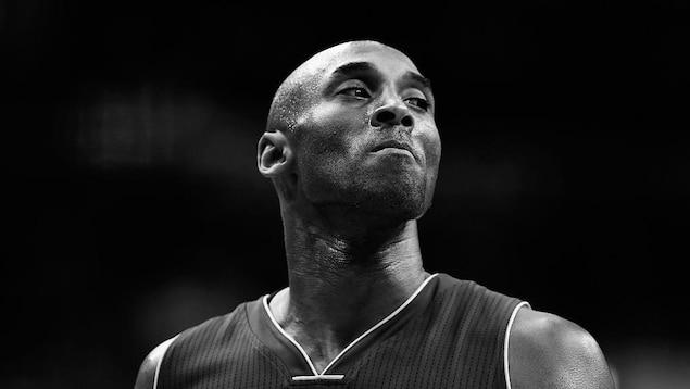 Portrait en noir et blanc de Kobe Bryant qui porte un chandail de basketball