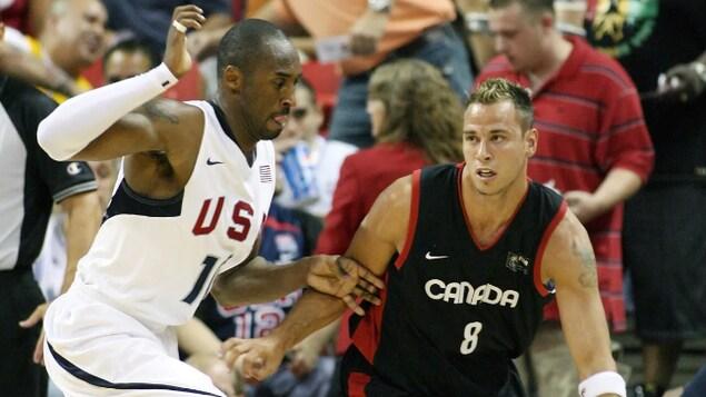 Kobe Bryant et Carl English lors d'un match exhibition entre les États-Unis et le Canada, le 25 juillet 2008 à Las Vegas