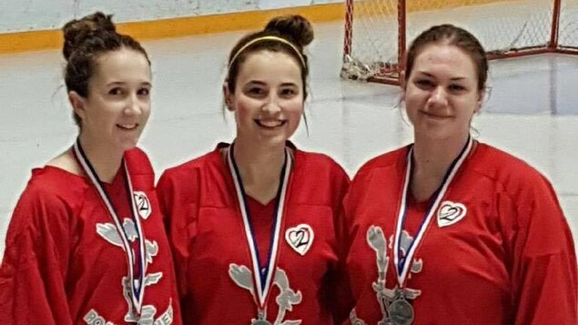 Une photo de Kolbie Couture quand elle a gagné une médaille d'argent aux compétitions provinciales de ballon-balai. À sa gauche, Jaelyn Couture et Karly Collins à sa droite.
