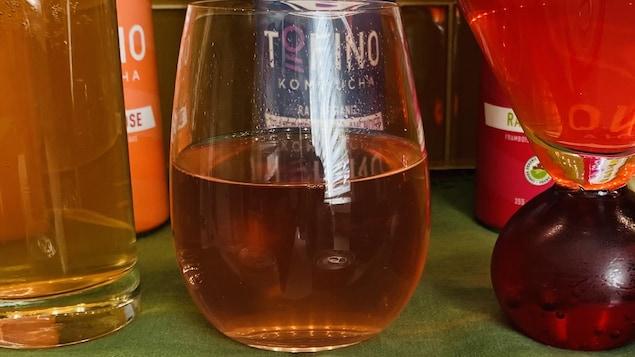 un verre de kombucha.