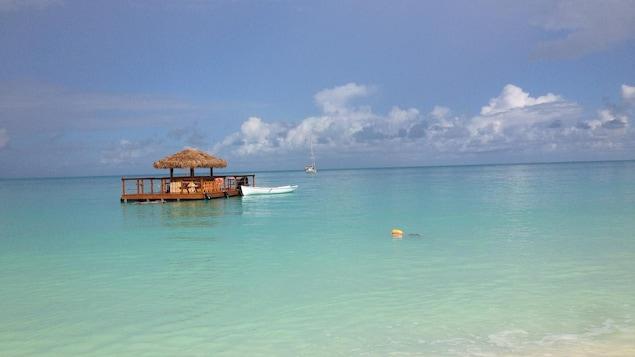 Un petit bar flottant sur la mer.
