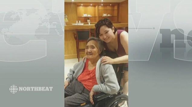 Une jeune femme pose avec sa grand-mère.