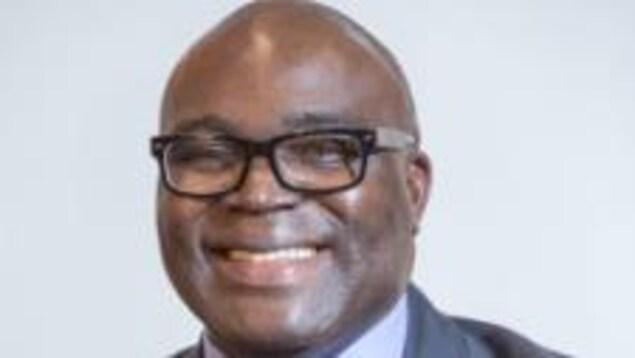 Portrait de Kouamé N'Goandi souriant.