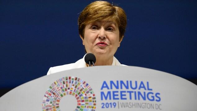 Kristalina Georgieva derrière un lutrin, lors de la rencontre du FMI le 18 octobre 2019 à Washington.