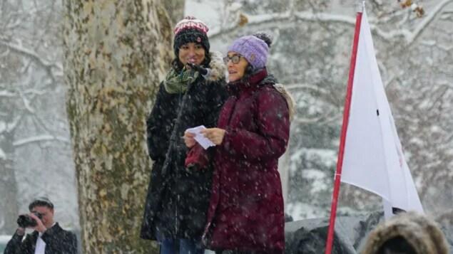Kristen Nagle au micro avec une autre femme.