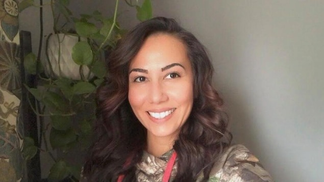 Krysta Alexson, une femme autochtone qui vit à Prince Albert, sourit.
