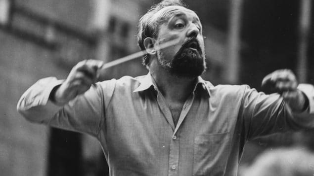 Le compositeur polonais Krzysztof Penderecki dirige un orchestre en 1980