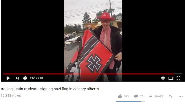 Capture d'écran YouTube montrant Kyle McKee avec un drapeau nazi