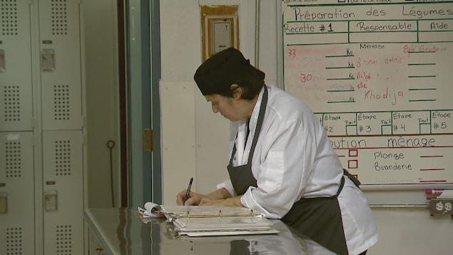 Une bénévole de l'organisme La Baratte à Québec dans la cuisine de l'organisme
