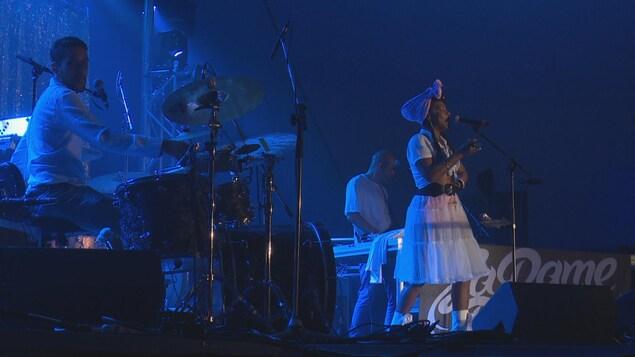 La Dame blanche sur la scène.
